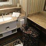 洗面台を挟んで右にも鏡台!右にはドライヤーがあります