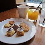 お昼にディズニーランドホテルにあるルミエールキッチンのビュッフェでたらふく食った後なので、あまりお腹が空いてなかったが、せっかくなのでいただきました。