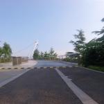 一つ目の橋が現れました。歩行者はガラス張りの橋を渡る事ができます。