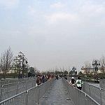 歩道橋を降りてもひたすら真っすぐ。柵が用意されているということは早い時間は混雑するのかも?