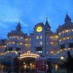 夜のホテルも綺麗。魔法がかかってるね〜!