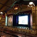 館内は広いシアターになっていてアニメが上映されています