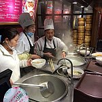 目の前で麺をゆでています。ディズニーランドのチケット、シーズナルパスを提示すると10%オフに!