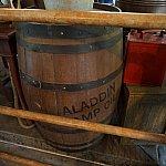 英語のスタンバイ列にはアラジンのランプのオイルが入った樽があります。