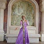 上海キャッスルが描かれた彫刻を背景にラプンツェルと記念撮影!英語で会話できました。プリンセスはランダムに交代します。