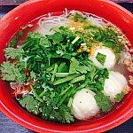 オーダー式の米麺にはたっぷりパクチーを追加♡