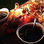 豚さーーん!パオサンドにして召し上がれ♪カリカリの皮が美味しそうなのに、食べるとめっちゃ豚臭い!ソースと合わせるとまさにココは香港か!って味になります。(笑)お肉は美味しいです。