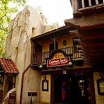 レストランの入口はカリブの海賊の左手にあります。