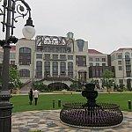 パークから船で10分。トイ・ストーリーホテルとは違った豪華な感じの中庭と建物。