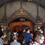入口にはいるとレジ、予約のない人は右奥で注文します。