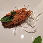 写真には一品ですがお皿には二品乗せられてきます。エビはカリッとしていて美味しい。