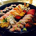お任せ寿司盛り合わせ $135です。4人前くらいでしょうか。トロなどの高級なネタがのってきました。トロもとても美味しくて大満足の盛り合わせでした。