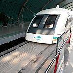 マグレブに乗って空港に向かいます。マグレブは龙阳路~浦東駅間のみなので、途中駅もありません。空港に入るにはまた手荷物検査があります。地下鉄やマグレブに乗れたならクリアできると思います。