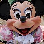 パステルカラーのドレスがかわいいミニーちゃん。グリーンのリボンがお似合いです。