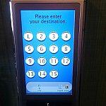 自分が行きたい階のボタンをタッチして待ちます。