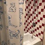 お風呂のカーテンはスケッチのようなアート。