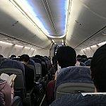 機内はこんな感じ。行きは具合を悪くした乗客の方がいたようで、「医療関係者の方はいませんか?」とアナウンスが流れました。初体験でビックリ…。