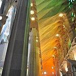 朝の光が差し込んで様々な色が聖堂内に…。
