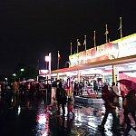 初日(11/21)夜の状況。雨にもかかわらず結構混んでました。