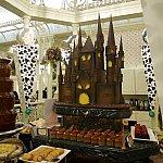 ハロウィンのお城は去年と同じ!違うのは料理の区分ごとに担当のヴィランズがいること!デザートはクルエラ