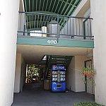 宿泊棟入口。自販機があり、各種ドリンクが$2で販売してます。
