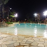 夜のプールはこんな感じ。かなり明るいです。