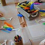 アート&クラフトの様子。羽を貼れるって楽しそうです😁