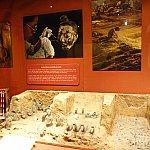 兵馬俑の発掘現場を再現した模型や解説