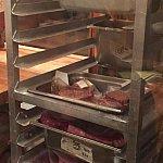 お肉の冷蔵庫②フカフカソファの前は冷蔵庫なので見学しながら待てます。