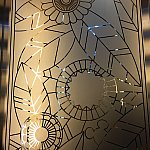 エレベーターホールに向かう途中のガラス窓にもミッキー。