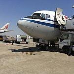 浦東国際空港着はまさかのタラップ。この日は空気のよどみもなく、いい青空でした
