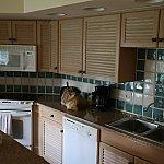 フルキッチンです。レンジ、オーブン、食洗器、電気コンロがついています。また皿やナイフ、フォークも準備されています。ワインオープナーはなかったなぁ。