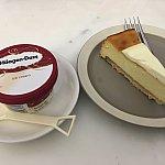 帰りのラウンジにてハーゲンダッツのアイスクリームとニューヨークチーズケーキがうまい!