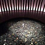 小石を投げ入れる神聖な池