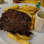 メインディッシュの牛ステーキ。ソースをかけるとさらに旨い!