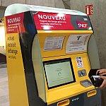 この黄色のマシンでチケットを買います。