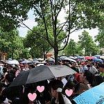 雨が降ってるわけではなく、日傘です。日差しが強く、暑く、行列が長い。結構しんどいです。
