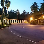 ホテル正面入り口からシャトルバス乗り場を見た様子。