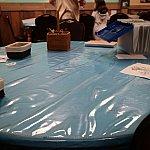 大きなテーブルが複数置かれています。塗り絵とか工作とかテーブルごとに分かれてます。