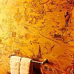 バスルームの壁紙はアフリカの地図風になっています。