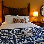 キングサイズベッド!ベッドの下には大型のスーツケースを2つも収納することができます。