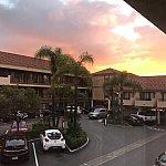 駐車場の様子駐車場を囲うように、ホテルの部屋があります!駐車場逆側(写真でいう左側)にはプールがあります