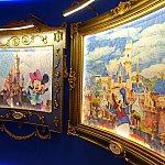 ディズニーランド・パリ(左)と香港ディズニーランド(右)のキャッスル絵画