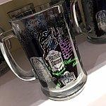 グラスもあります。アトラクションで見慣れた景色や場面がプリントされています。$13.99。