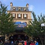 入り口はパリの街角そのまま!