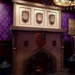 廊下を過ぎると少し開けた部屋に。大きな暖炉が印象的でした。