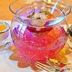 このお料理上のお皿と下のお皿と別れていて下のお皿の中ゼリーがキラキラと光って色が変わるんです♡ブルーやレッド、ピンクなどなど~♡可愛すぎる~綺麗!!!そしておしゃれだ~♡