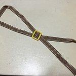 ますは紐を切ります。(SSサイズ→85~87㎝、Sサイズ→95~1m)アジャスターに通します。この時輪の所が首の部分が入るのでよじれないようにして下さい。アジャスターの所は❌に紐をして下さい。