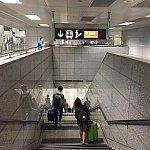 一度地下へワンフロア降ります。エスカレーターは無いようでしたが、荷物が多い場合はエレベーターの利用をお勧めします。