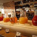 【朝食ブッフェ】トマト、パイナップル、りんご、オレンジ、スイカジュース。この他にも置いてある野菜や果物からニンジンジュースをオーダーして作ってもらっている人がいました!